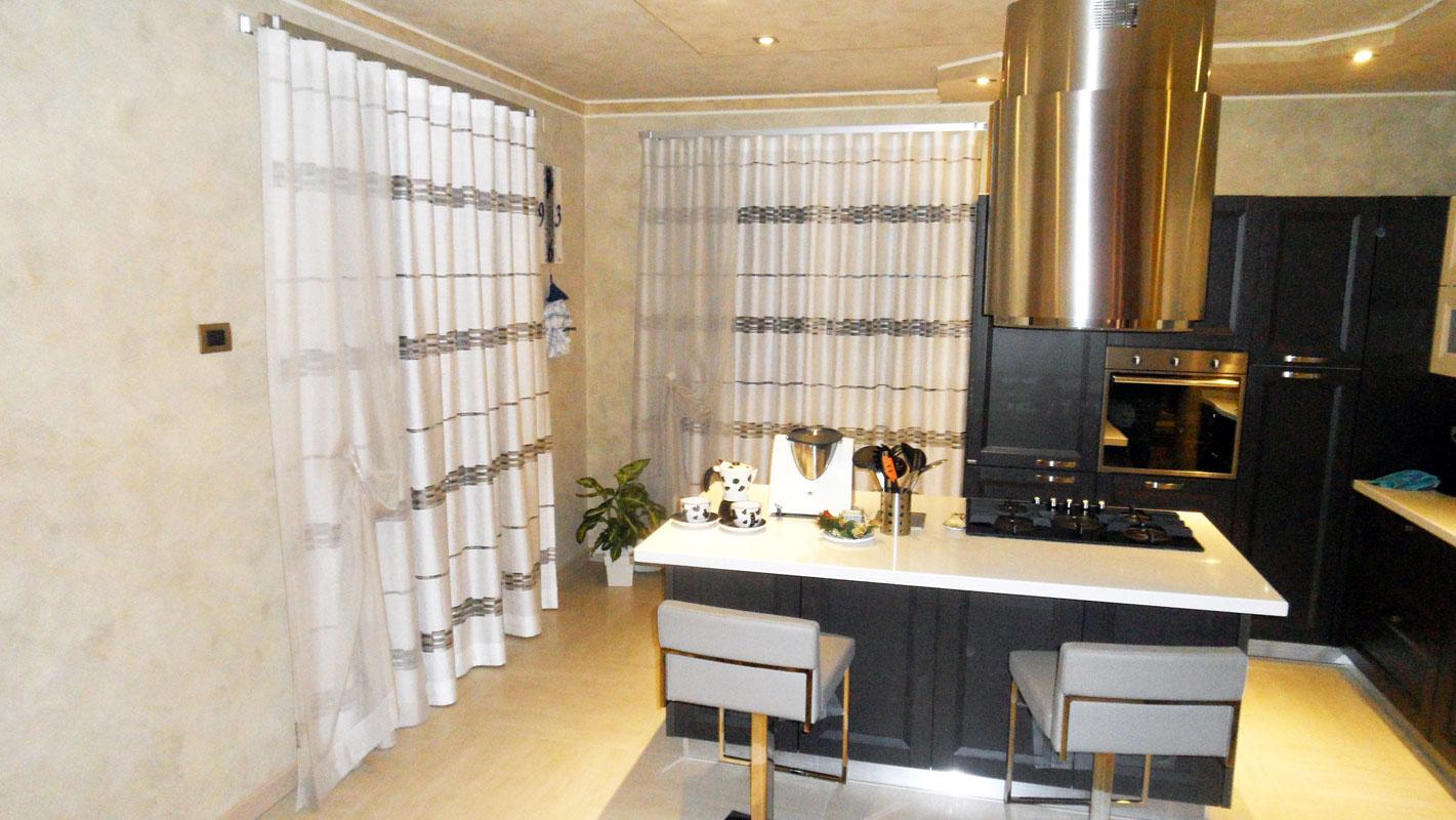 Tende moderne per arredi semplici e lineari - Tendaggi cucina moderna ...